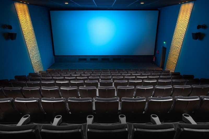 Жители еще одного уральского города получат билеты в кино в день выборов