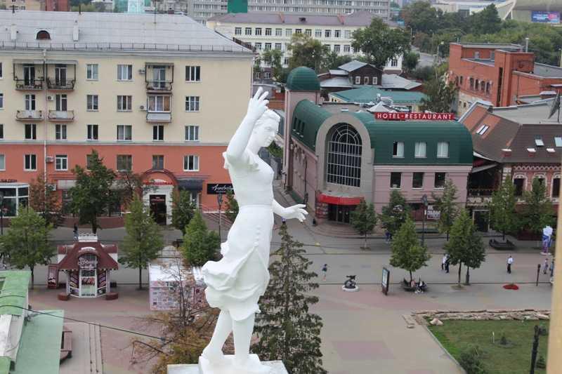 В Челябинске отреставрировали фигуры на крыше оперного театра